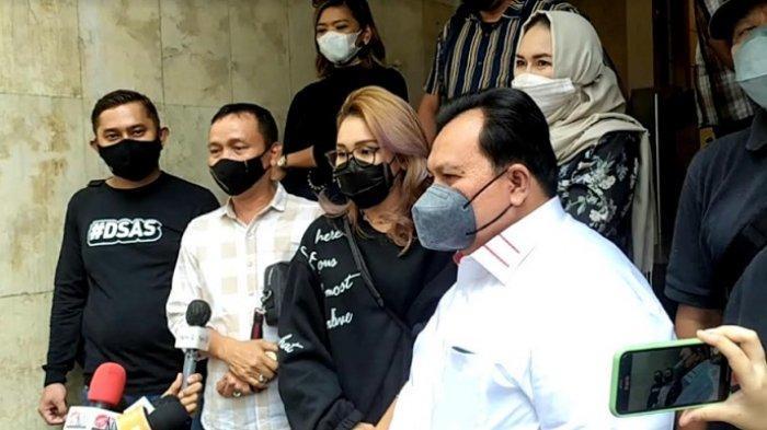 Warta Kota/Arie Puji Waluyo Ayu Ting Ting dan orangtuanya didampingi pengacara saat ditemui di Polda Metro Jaya, Selasa (12/10/2021).