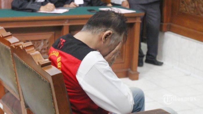 Artis senior Tio Pakusadewo menjalani sidang lanjutan dengan aganda pembacaan vonis di Pengadilan Negeri (PN) Jakarta Selatan, Selasa (24/7/2018). Majelis hakim memvonis Tio Pakusadewo dengan pidana penjara selama 9 bulan dan rehabilitasi selama 6 bulan terkait penyalahgunaan narkotika. TRIBUNNEWS/HERUDIN
