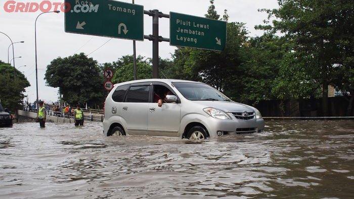 Ini Tips Aman Terjang Banjir buat Mobil Matik dan Manual