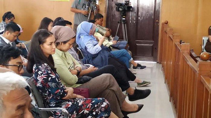 Reaksi Berbeda Atiqah Hasiholan dan Sang Kakak Saat Pembacaan Pledoi Ratna Sarumpaet