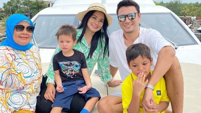 Pasangan Titi Kamal dan Christian Sugiono sempat berlibur di tengah pandemi beberapa waktu lalu, mereka ajak kedua anaknya dan juga sang mama.