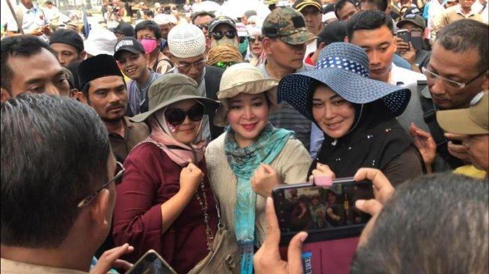 Datang Langsung dari Rumah, Titiek Soeharto Pantau Asupan Makanan Peserta Aksi Kawal MK