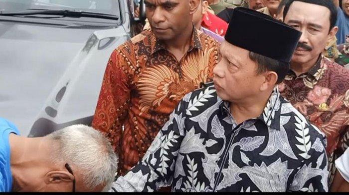 Warga perumahan Vila Jatirasa berkeluh kesah saat Menteri Dalam Negeri RI, Tito Karnavian menyambangi daerahnya pada Jumat (3/1/2020) pagi.