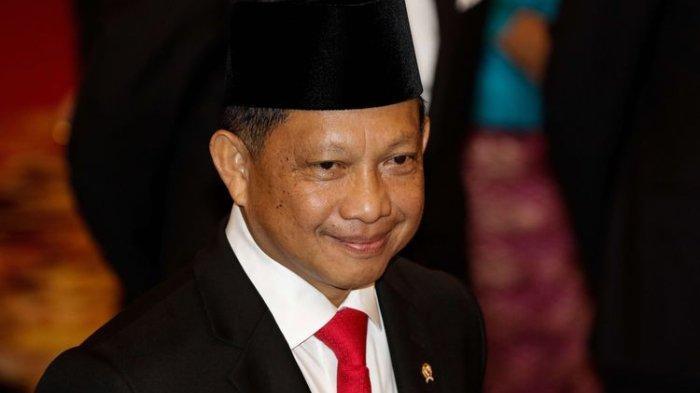Naik Land Cruiser ke Kantor Mahfud MD, Mendagri Tito Karnavian Dikawal 2 Pria Bersenjata