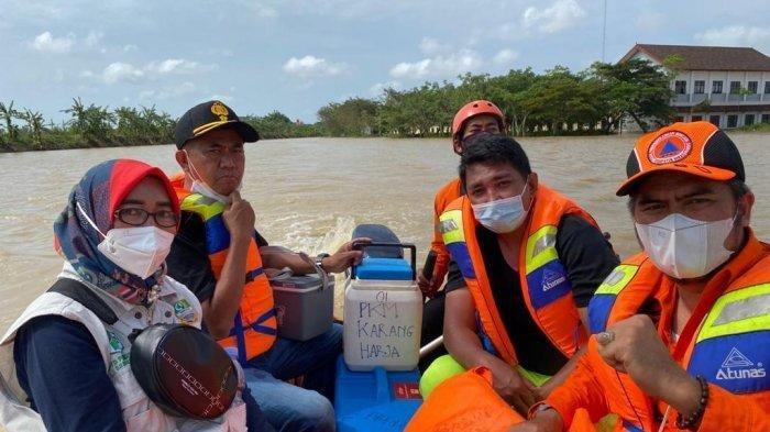 Banjir Bekasi: Vaksin Sempat Hanyut, Resepsi Nikahan Gagal Total, Warga Mengapung Pakai Ember