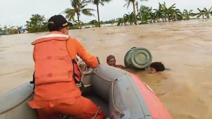 Suasana mencekam saat dua warga terjebak banjir di Desa Sumberurip, Pebayuran, Kab Bekasi pada Minggu (21/2/2021). Dua warga itu terjebak banjir dan terombang-ambing mengapung menggunakan ember.