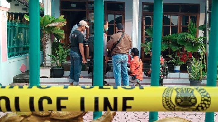 Rumah ibu kos di Tulungagung yang ditemukan tewas digulung kasur lipat duberi garis polisi, Jumat (14/2/2020).