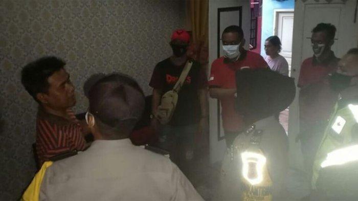 Polisi mendatangi rumah seorang ibu rumah tangga yang dibakar adik kandungnya sendiri di daerah Solokpandan Cianjur, Jawa Barat.