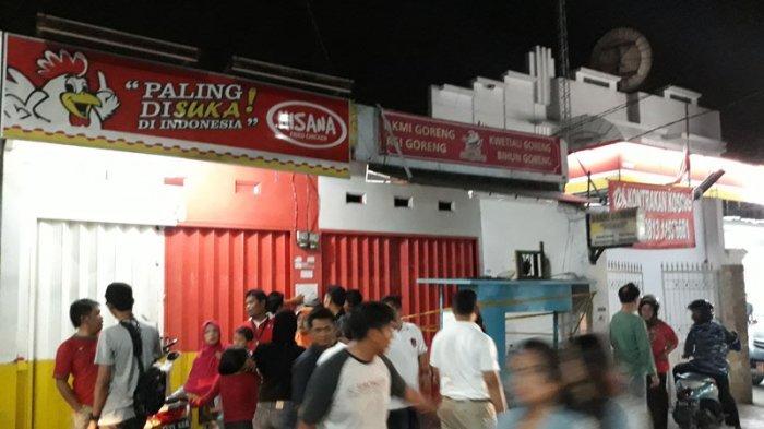 Warga Kerumuni Warung Pedagang Bakmi Goreng yang Tewas Digorok di Cipayung