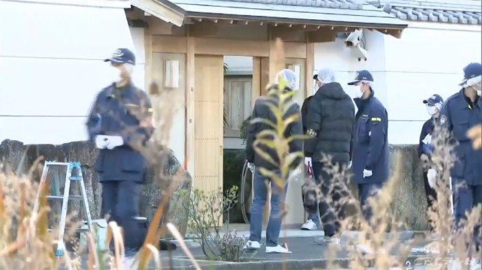 Polisi Perfektur Mie menyelidiki lokasi penembakan rumah yakuza Jepang, Kiyoshi Takayama (72).