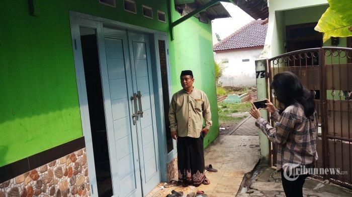 Inilah lokasi tempat kejadian perkara penembakan ustaz Arman di Jalan Nean Saba Rt 02/05 Kelurahan Kunciran, Pinang, Kota Tangerang, Minggu (19/9/2021). Korban tewas ditembak jarak dekat oleh pelaku hingga tewas yang sudah mengintainya selama 4 hari di sekitar rumahnya. Korban dimakamkan di pemakaman keluarga yang berada di samping rumahnya. Kirban meninggalkan seorang isteri dan 3 orsng anak. Hingga saat ini polisi masih menyelidiki motif dan pelaku penembakan tersebut. (Warta Kota/Nur Ichsan)