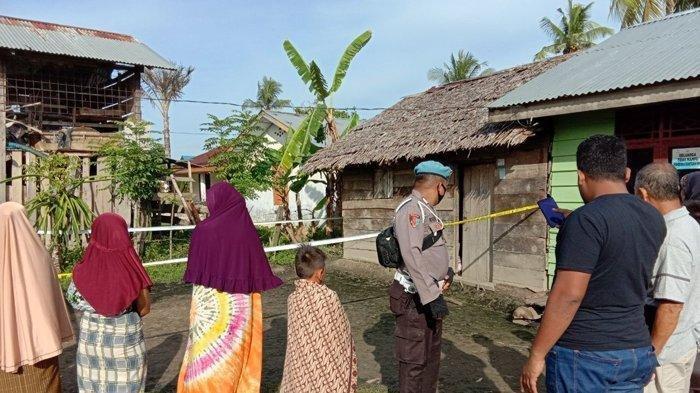 Polisi memasang police line (garis polisi) di sekeliling rumah seorang janda yang ditemukan tewas bersimbah darah. Foto dok Polsek Tanah Jambo Aye.