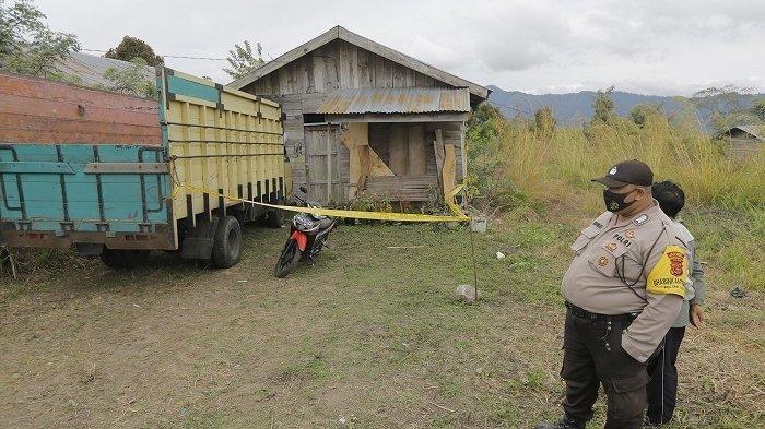 Personel Polsek Bukit berjaga-jaga di lokasi kejadian penemuan seorang wanita bernama Arini (30) yang tergantung di mobil truk milik suaminya M (40) yang terparkir di halam rumahnya di Kampung Karang Rejo, Dusun Karang Anyar, Kecamatan Bukit, Kabupaten Bener Meriah, Rabu (12/8/2020).