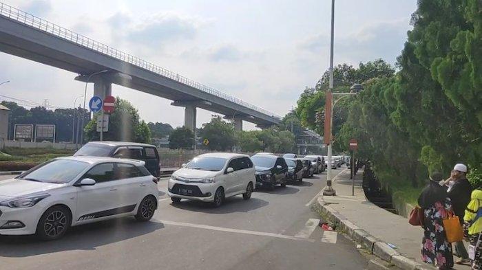 Taman Mini Indonesia Indah (TMII) di Jakarta Timur ditutup usai pengunjung membludak, Sabtu (15/5/2021) siang