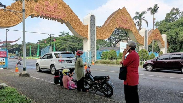 Tak Mudik Lebaran, Pengunjung Usia 72 Tahun Berekreasi Ke TMII Mengobati Rindu Kampung Halaman