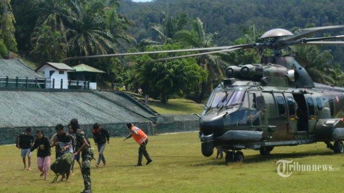 Koopsgab TNI Papua berhasil mengevakuasi 9 dari 11 Tenaga Kesehatan (Nakes) yang bertugas di Distrik Kiwirok, Kab. Pegunungan Bintang dan 1 anggota TNI korban penembakan Kelompok Separatis Teroris (KST) di Lapangan Frans Kaisepo Makodam XVII/Cenderawasih, Jayapura, Jumat (17/09/2021). (TRIBINNEWS/PUSPEN TNI)