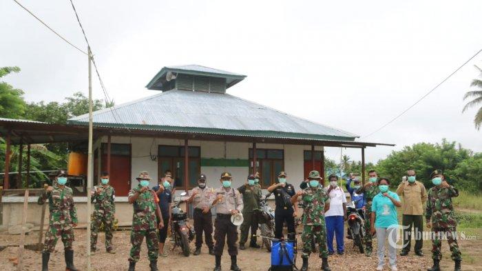 Batalyon Infanteri Mekanis Raider 411/Pandawa (Yonif MR 411/Pdw) Kostrad bersama Lintas Sektoral Kampung Sota melaksanakan penyemprotan disinfektan di tempat-tempat ibadah. Distrik Sota, Kab. Merauke, Papua. Selasa (7/4/2020). (Puspen TNI)