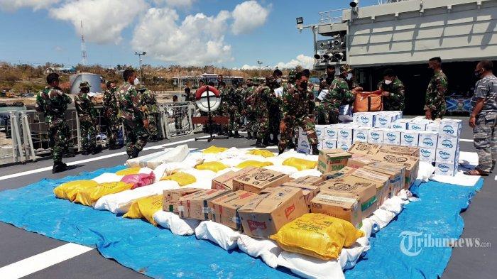 TNI mengerahkan Kapal Perang Republik Indonesia (KRI) Ahmad Yani 351 guna mengirimkan bantuan kemanusian bagi korban yang terdampak bencana alam di Sabu Raijua, NTT, Minggu (11/4/2021). (TRIBUNNEWS/PUSPEN TNI)