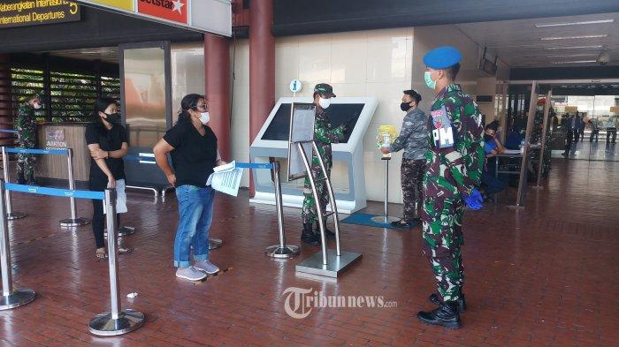 JELANG NEW NORMAL - Petugas gabungan TNI, Polri dan keamanan Angkasa Pura 2 sedang melaksanakan penerapan protokol kesehatan secara ketat kepada calon penumpang jelang diberlakukannya new normal, di Terminal 2 , Bandara Soekarno Hatta, Tangerang, Kamis (4/6/2020). WARTA KOTA/NUR ICHSAN