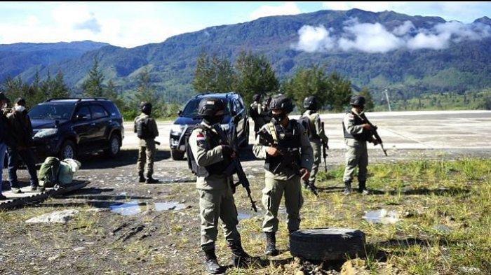 TNI-Polri yang tergabung dalam Satgas Nemangkawi sedang berjaga di Bandara Ilaga, Kabupaten Puncak, Papua, Kamis (29/4/2021).