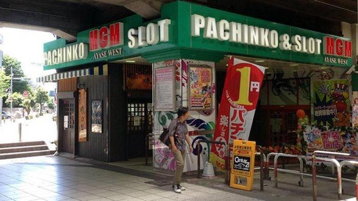 Sebuah toko pachinko kecil MGM di Tokyo