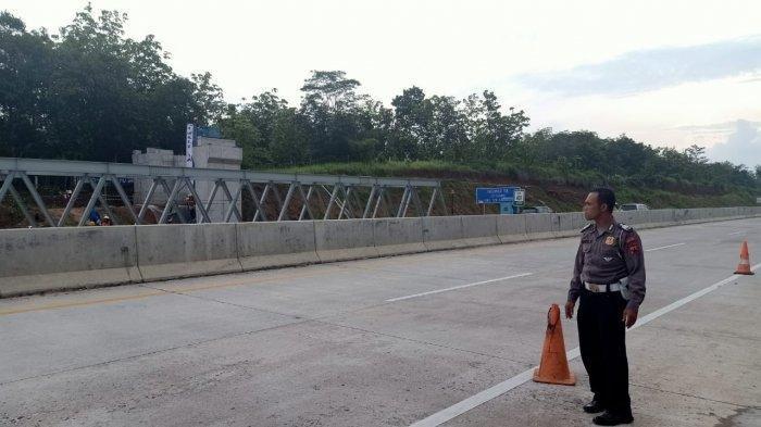 Ada Pemasangan Jpo Di Km 401 400 Jalan Tol Batang Semarang Polisi Lakukan Rekayasa Lalu Lintas Tribunnews Com Mobile
