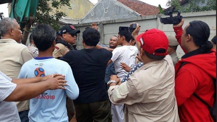 Lemparan Batu Picu Ketegangan Petugas dengan Warga saat Proses Eksekusi Lahan Tol Cijago