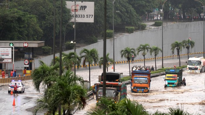 Sejumlah kendaraan melintasi banjir di ruas jalan Tol JORR TB Simatupang, Jakarta Selatan, Sabtu (20/2/2021). Banjir yang disebabkan tingginya curah hujan tersebut mengakibatkan kemacetan panjang di jalan Tol JORR TB Simatupang, namun kendaraan masih bisa melaju dengan kecepatan 20 hingga 30 kilometer/jam. Tribunnews/Jeprima