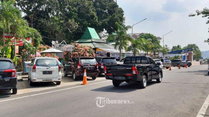 Memasuki H+4 libur Idul Fitri Gerbang Tol Kalikangkung dan Res Area Semarang terpantau lenggang dan tidak ada penumpukan kendaraan di gerbang tol maupun res area, Senin (17/5/21). Untuk mencegah penyebaran Covid19 petugas Polri telah memutarbalikan 36.468 unit kendaraan terkait larangan mudik Lebaran sejak Sabtu, 15 April 2021. Dari jumlah tersebut 16.607 unit diantaranya roda dua, 16.388 unit roda empat, 284 unit roda dua penumpang dan 3.189 unit kendaraan barang. Kadiv Humas Polri Irjen Pol Argo Yuwono mengatakan jumlah kendaraan yang diputarbalik hasil penyekatan di 22 titik pada ruas tol. Kemudian 147 titik pada ruas non tol atau arteri dan 212 di ruas jalur alternatif.  Untuk total kendaraan yang diperiksa sebanyak 50.315 unit.  36.468 diantaranya diputarbalik karena tidak persyaratan yang telah ditentukan. Dari 3.250 kali rapid test yang dilakukan kepada pemudik 24 dinyatakan positif. Sementara 3.226 orang  negatif. Kegiatan lainnya yang kami lakukan adalah pembagian masker kepada masyarakar. Untuk pembagian masker jumlah sebanyak 1.968 kali, ujar Kadiv Humas Polri Irjen Pol Argo Yuwono. (Tribun Jateng/Hermawan Handaka)