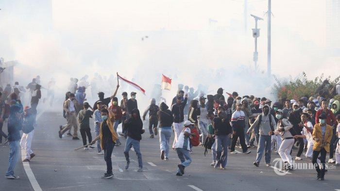 UPDATE Demo Mahasiswa di Jakarta: Polisi Pukul Mundur Perusuh hingga Situasi Terkini via KompasTV