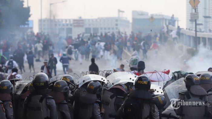 Demo Ricuh, Mahasiswa Lempari Polisi dengan Batu dan Kotoran Sapi