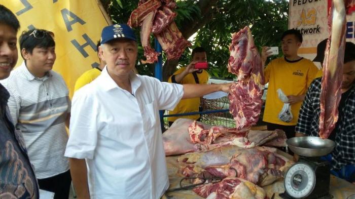 Tomy, usai meninjau stok ?daging sapi  yang dijual dalam acara Pasar Murah Artha Graha Peduli (AGP), di Kawasan Industri Pulo Gadung, Jakarta Timur, Kamis (30/6).