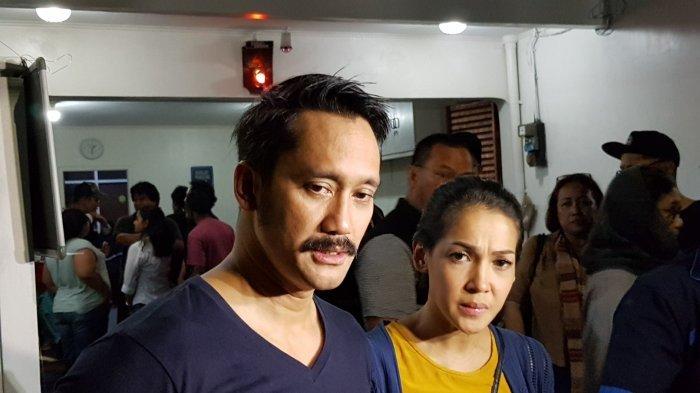 Pasangan selebriti Tora Sudiro dan Mieke Amalia saat ditemui awak media di rumah duka yang terletak di Jalan Kayu Putih Tengah IIA No 04, Pulo Gadung, Jakarta Timur, Rabu (10/10/2018).