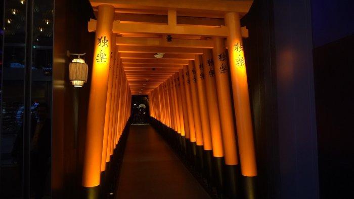 Lorong pintu masuk ke KOMA sepanjang 20 meter yang terinspirasi dari gerbang Torii (gerbang kuil tradisional khas Jepang) pada Kuil Fushimi Inari di Kyoto