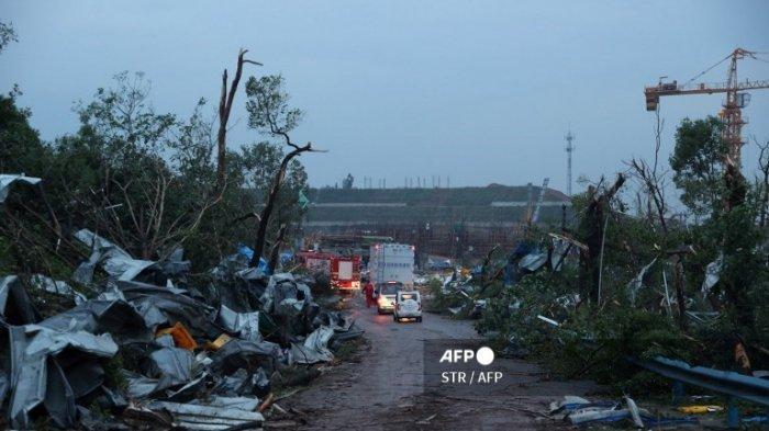 Kendaraan darurat terlihat setelah tornado menghantam zona ekonomi di Wuhan di provinsi Hubei tengah China pada 15 Mei 2021.