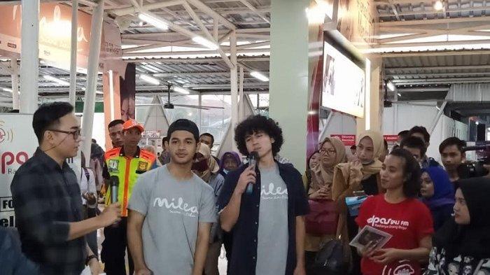 Sejumlah pemain film Milea: Suara dari Dilan gelar Touring Stasiun Dilan sebagai bentuk promosi. Perjalanan dimulai dari Stasiun Gondangdia menuju Bogor, Rabu (5/2/2020).