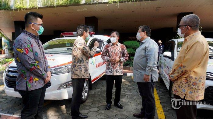 Menteri Kesehatan Terawan Agus Putranto (tengah) berbincang dengan Presiden Direktur PT Toyota-Astra Motor (TAM) Susumu Matsuda (dua kanan), Wakil Presiden Direktur TAM Henry Tanoto (dua kiri), dan Sekjen  Kemenke Oscar Primadi (kanan) dalam acara penyerahan donasi dari TAM dan PT Serasi Autoraya (SERA) ke Kemenkes untuk penanganan Covid-19, di Jakarta, Rabu (20/5/2020). Selain APD dan 3 (tiga) unit mobil ambulan Kijang Innova, Kemenkes juga menerima bantuan fasilitas untuk antar jemput tenaga medis sebanyak 48 unit Toyota Avanza sebagai sarana mobilitas yang dibutuhkan dalam penanganan wabah Covid-19. TRIBUNNEWS/HO