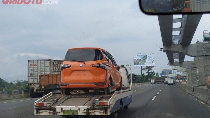 Toyota Sienta Hybrid Kepergok di Jalan Tol Cikampek, Tanda Bakal Dirilis?
