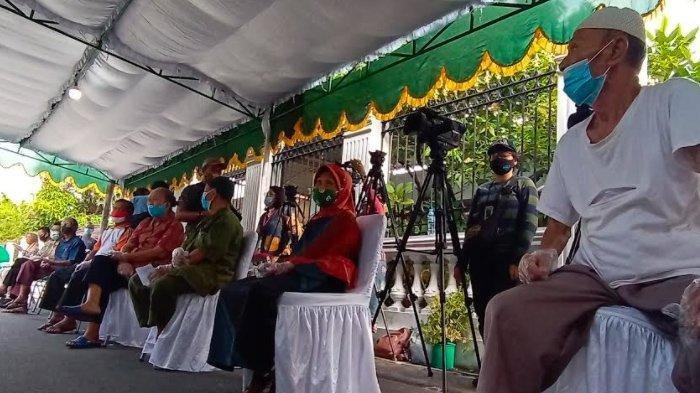 Para pemilih menunggu panggilan di depan TPS 22, Kampung Tirtoyoso, Jalan Kasuari Nomor 3 RT 5 RW 13, Kelurahan Manahan, Kecamatan Banjarsari, Kota Solo, Rabu (9/12/2020). TPS 22 menjadi TPS tempat Gibran dan Kaesang mencoblos.