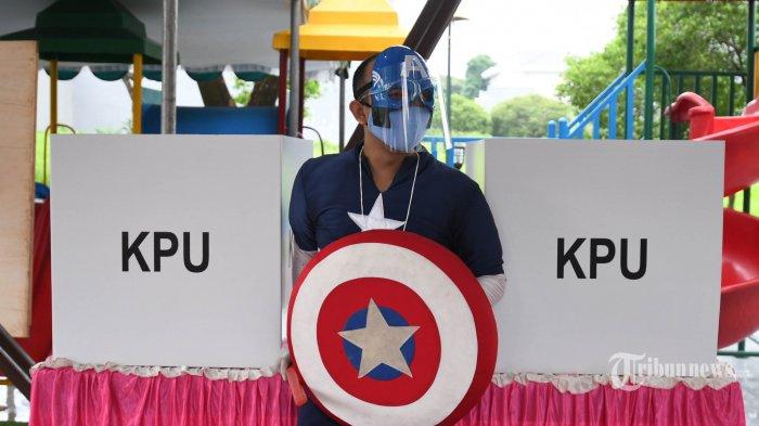 Petugas Kelompok Penyelenggara Pemungutan Suara (KPPS) berkostum pahlawan super (super hero) di TPS 14, Perumahan Citraland, Kota Surabaya, Jawa Timur, Rabu (9/12/2020). Penggunaan kostum pahlawan super itu untuk menarik perhatian masyarakat agar datang dan menggunakan hak pilihnya pada Pilkada Kota Surabaya 2020.