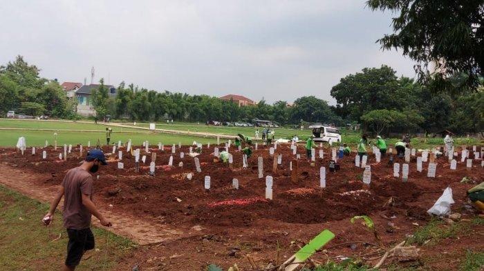 Pemakaman jenazah dengan protap Covid-19 di TPU Bambu Apus, Jakarta Timur, Senin (25/1/2021).