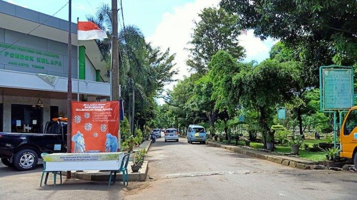 Di Tengah Corona, Warga Tetap Gelar Tradisi Ziarah Kubur di TPU Pondok Kelapa