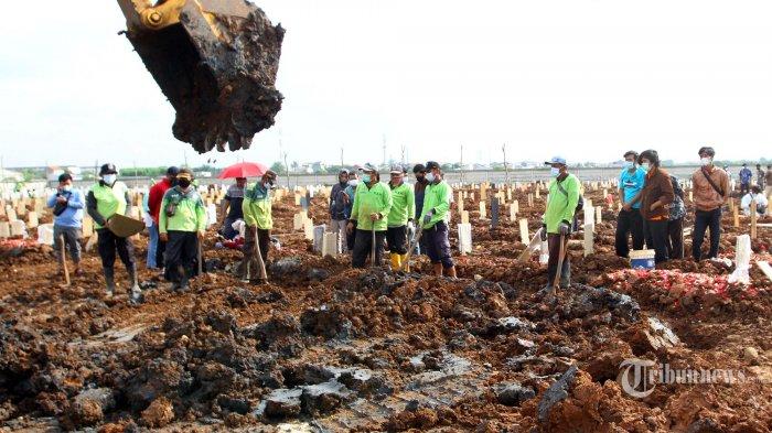Kisah Petugas Pemakaman di TPU Rorotan,Sedih Tiap Hari Lihat Ratusan Jenazah Covid-19 Dikuburkan