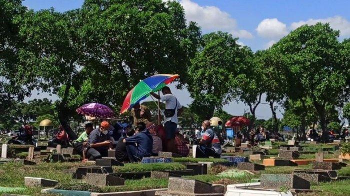 PSBB Masih Berlaku di Jakarta, Peziarah di TPU Semper Membeludak pada H+1 Lebaran