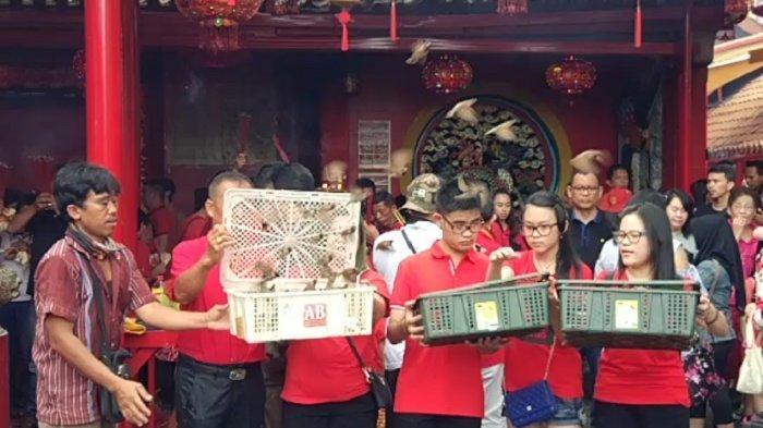 Menilik Tradisi Lepas Burung Pipit Masyarakat Tionghoa di Vihara Dharma Bhakti
