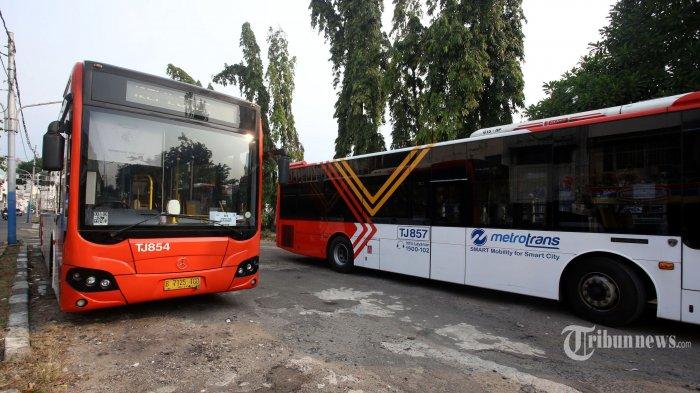 Bus TransJakarta gratis GR 4 dan GR 5 sedang menunggu penumpang di kawasan Wisata Kota Tua, Jakarta Barat, Rabu (24/6/2020). PT TransJakarta kembali mengoperasikan dua rute layanan gratis shuttle bus dari dan menuju museum di kawasan Kota Tua, Jakarta Barat. Kedua rute bus TransJakarta tersebut yakni GR 4 (Taman Kota Intan-Museum Bahari) dan GR 5 (Kota Tua Explorer). Warta Kota/Angga Bhagya Nugraha