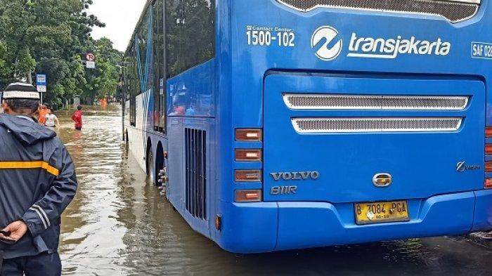Bus TransJakarta Nekat Terobos Banjir, Sopir Khawatir Menabrak Trotoar