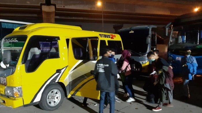 Travel gelap jenis microbus yang terjaring razia petugas karena mengangkut pemudik pulang kampung.
