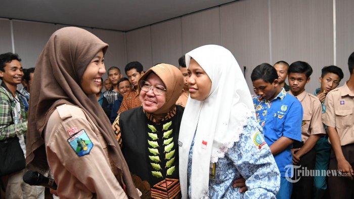 Wali Kota Surabaya, Tri Rismaharini memberi arahan dan semangat kepada dua sahabat yang terlibat kenakalan remaja (tawuran) di Gedung Siola, Kamis (19/12). Remaja belasan tahun itu, diduga terlibat tawuran, miras, balap liar dan tertangkap bolos sekolah. (SURYA/AHMAD ZAIMUL HAQ)