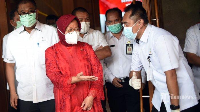 Menteri Sosial, Tri Rismaharini (depan kiri) berbincang dengan stafnya dalam acara serah terima jabatan Menteri Sosial di Kantor Kementerian Sosial, Jakarta Pusat, Rabu (23/12/2020).